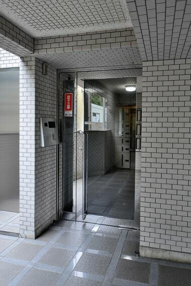 エントランスホール セキュリティ面に配慮し、共用部には防犯カメラが設置されています