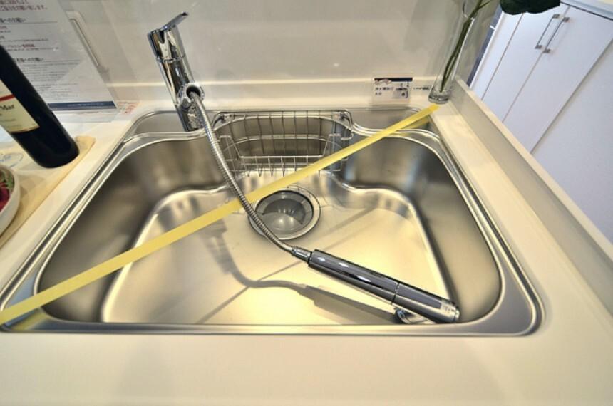 キッチン 水栓は引き出して使えるので、シンクの隅々まで洗い流せます