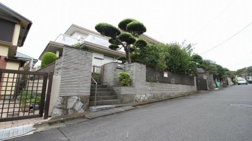 現況写真 周囲は閑静な住宅街。舞岡公園も近くにあり、緑豊かな環境が広がります。子育てにもよい環境ですね。