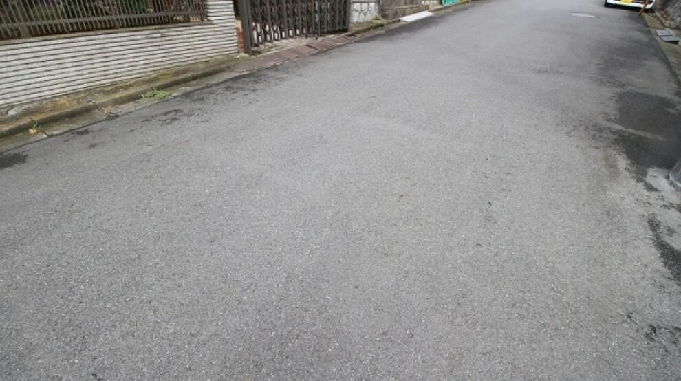 現況写真 前面道路は6mと広い幅があります。段差も少ないので、駐車もスムーズにできます。