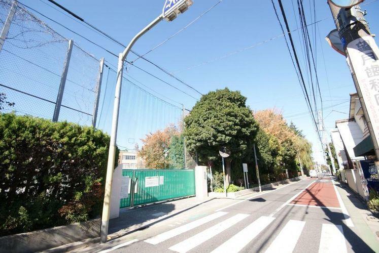 小学校 杉並区立浜田山小学校 徒歩8分。 浜田山駅の北側にある小学校で、その名の通り浜田山周辺のお子様が通う学校です。