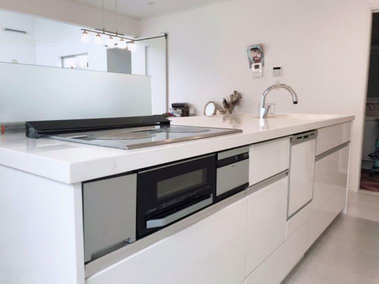 キッチン ゆったりと広々としたワークトップは、テーブルとしての利用も可能です。視線を遮らないデザインでキッチン、リビング、ダイニングが一体の空間をつくります。