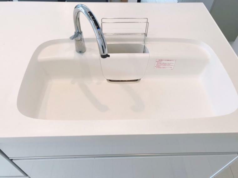 キッチン しっとりした質感の人造大理石製シンクは継ぎ目のない、シームレス加工でお手入れも簡単。いつも清潔なキッチンを保てます。