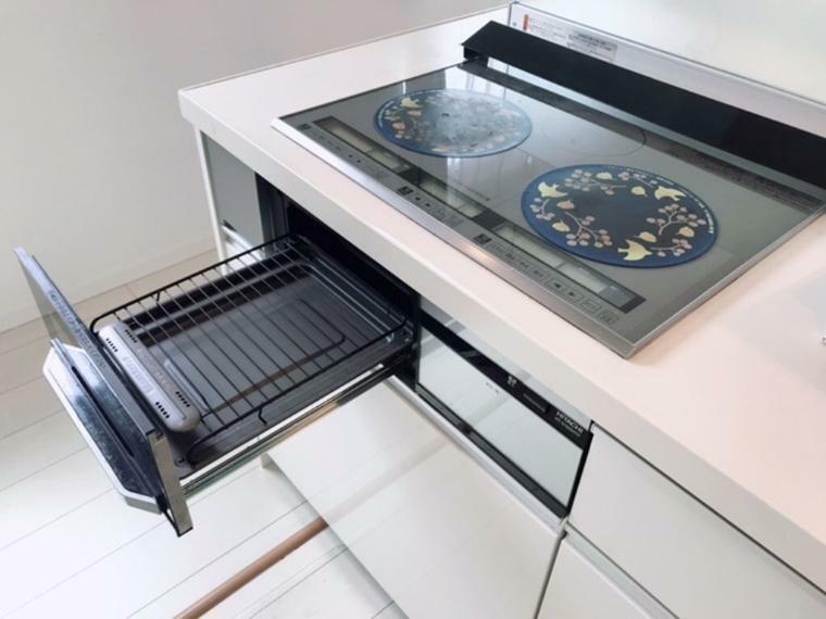 キッチン 3口のIHクッキングヒーターです。火を使わない安心感と、プレートはガラス質で凹凸もなく使うたびに、すっとふくだけで、キレイになります。お手入れのしやすさも魅力です。