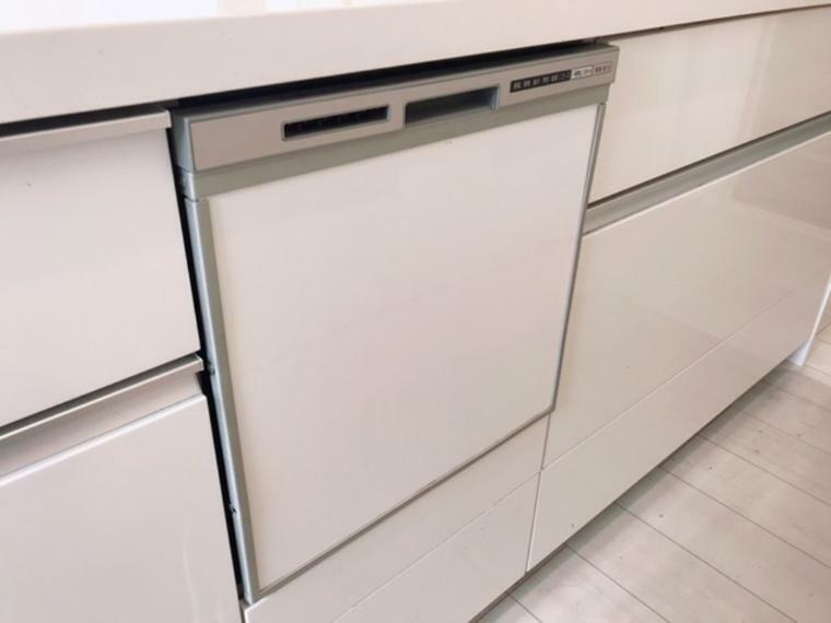 キッチン ビルトイン食器洗い乾燥機です。食器収納点数40点(約5人分)あり時間の節約だけではなく、すっきりしたキッチンになります。