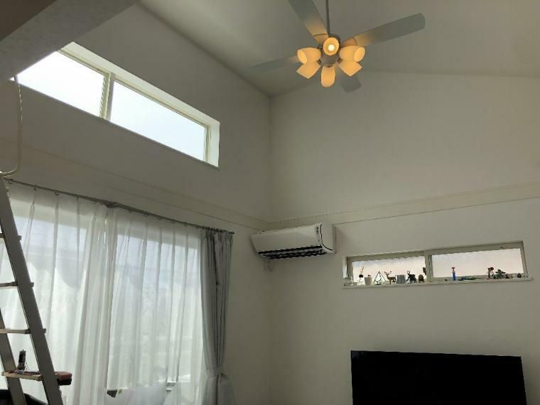 リビングダイニング 勾配天井で空間が広く、ハイサイドライトを設置して光が多く入ってとても明るいリビングです。リビング上部にはロフトがございます。ぜひご覧頂きたいです。