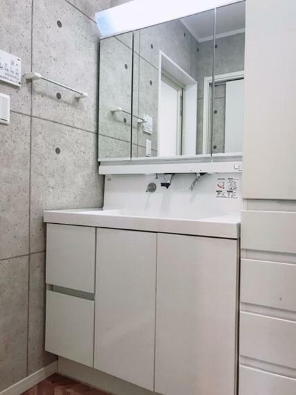 洗面化粧台 横幅900mmの快適な洗面空間です。トレイアレンジ自在の3面鏡で小さなものから背の高いものまで効率よく収納可能です。