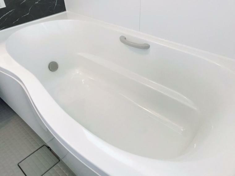 浴室 1600ロング浴槽で足を伸ばしてゆったり入浴ができます。心地よい入浴が楽しめます。