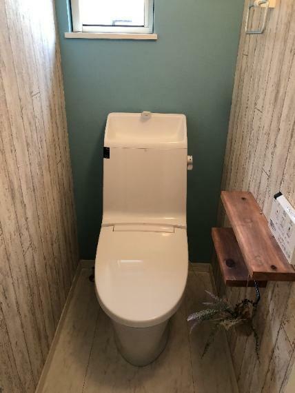 トイレ 1階のお手洗いになります。やさしいお色のアクセントがとても、おしゃれです。