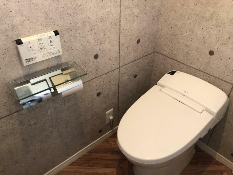 トイレ 2階のお手洗いになります。タンクレスとコンクリート打ちっぱなしで、すっきりとした印象がございます。