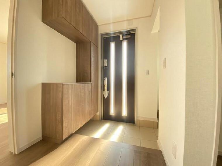 小山市粟宮C号棟玄関・・・土間収納があるので、玄関も散らからず、スッキリ整理ができます。