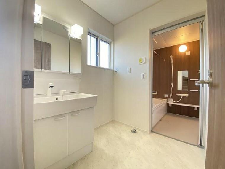 小山市粟宮C号棟洗面・・・三面鏡になっているので、朝の身だしなみのチェックなどしやすいです。三面鏡内に収納スペースがあるので洗面周りがスッキリします。