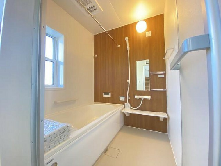 小山市粟宮C号棟浴室・・・浴室乾燥機付きなので、花粉の季節や雨の日のお洗濯物が助かります。また浴室の乾燥もできるので大変便利です。