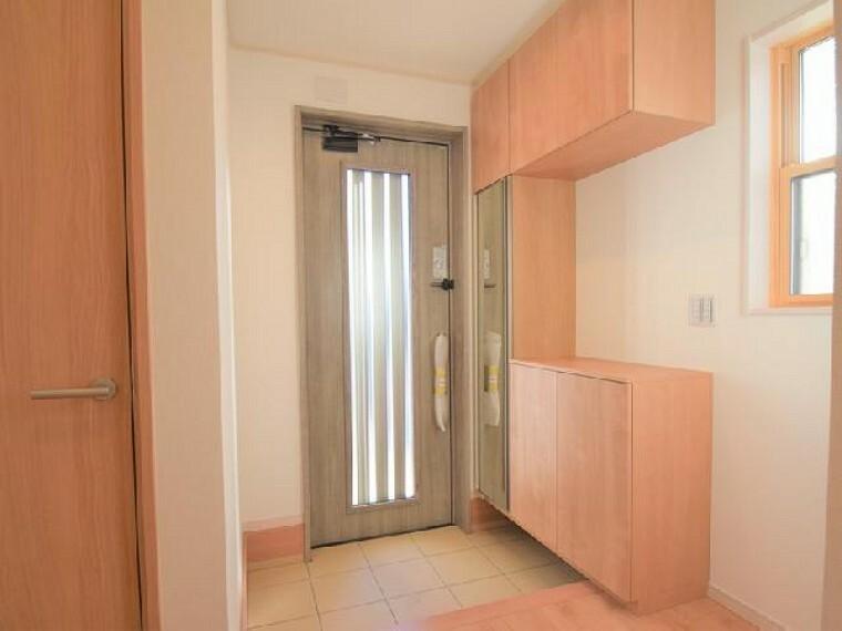A号棟:玄関・・・約60足収納可能なシューズボックスは、可動式になっているのでヒールやブーツなどの高さに合わせて収納いただけます。