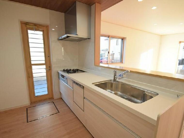 A号棟:キッチン・・・オシャレな折下げ天井のキッチンは、対面式なのでご家族と会話を楽しみながらお料理出来ます!