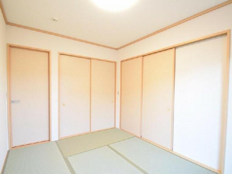 A号棟:和室・・・6.0帖の和室は、玄関側からとリビング側から出入りが出来、お子様が遊んだり、客間として利用も出来ます。