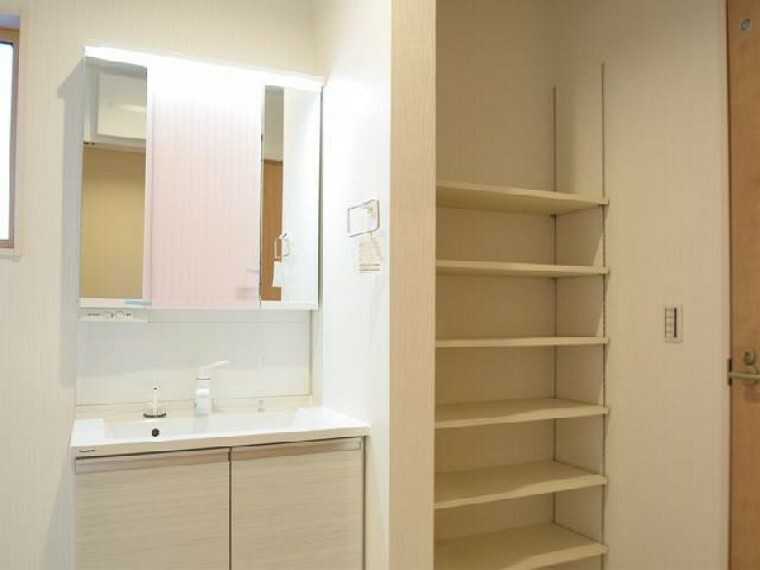 A号棟:洗面・・・可動棚付きの物入れは、入浴後に使う物や、タオル、着替えなど収納するのに丁度良いです。
