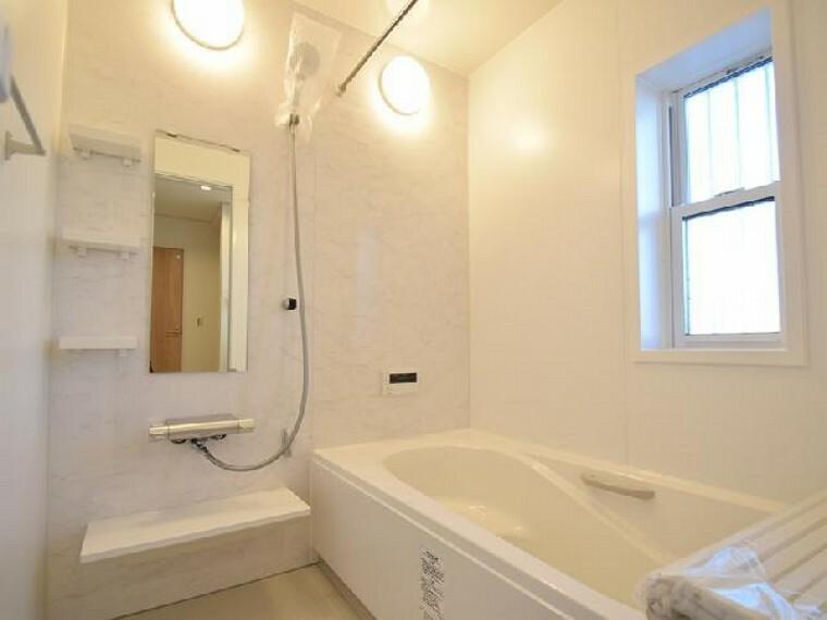 A号棟:浴室・・・1坪タイプの浴槽はお子様と一緒に入ってもゆとりがあり、浴室換気乾燥暖房機付きなので雨の日の洗濯干しや浴室の湿気も取れますね!