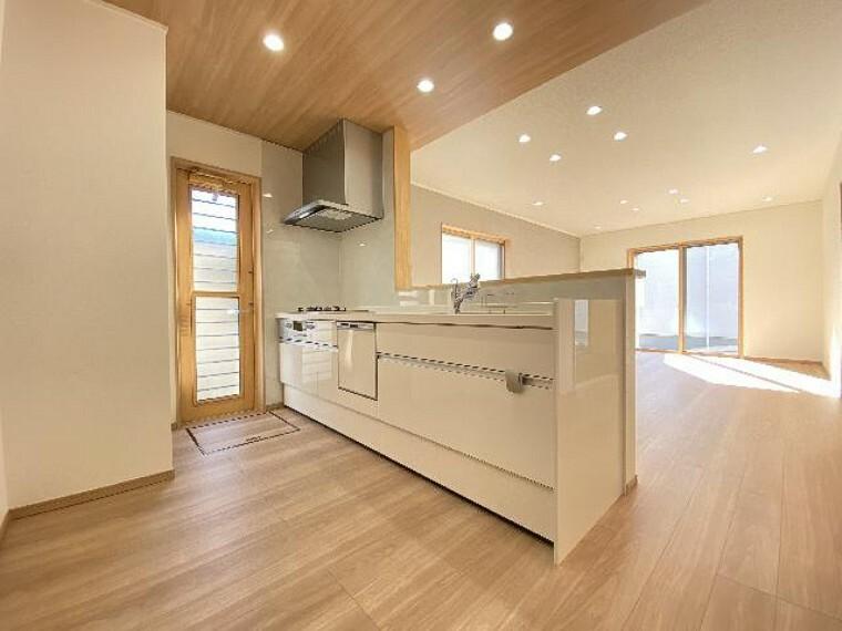 栃木市沼和田A号棟キッチン(同仕様施工例)・・・食後の後片づけの時短になる食洗機付き、食品のストックに便利なパントリーに床下収納もついています。
