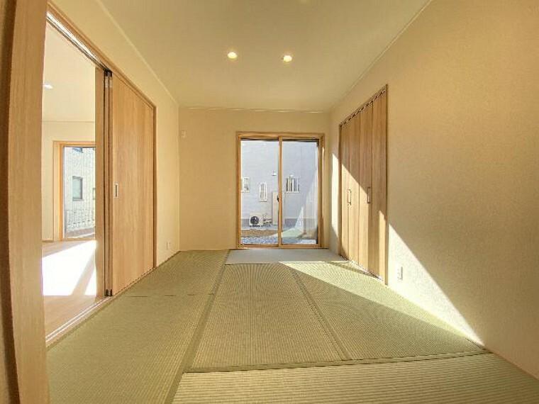 栃木市沼和田A号棟和室(同仕様施工例)・・・玄関から、LDKからと出入りできる和室はお客様をお通ししやすくなっています。お子様のお昼寝や遊具を置いたりできます。