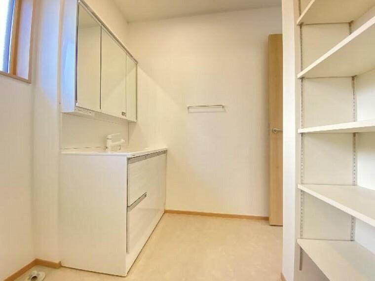 栃木市沼和田A号棟洗面(同仕様施工例)・・・3面鏡の裏は収納ができます。美容家電や化粧品などの収納もできるのでスッキリと洗面まわりを使うことができます。