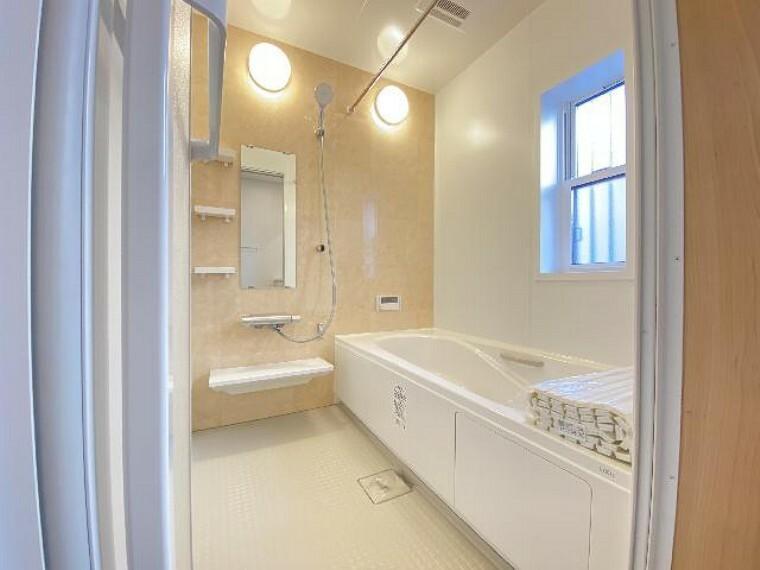 栃木市沼和田A号棟浴室(同仕様施工例)・・・半身浴のできる浴槽。カウンターや収納スペースもあります。換気乾燥暖房機、ランドリーパイプもついています。