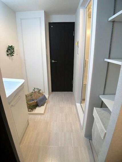 脱衣場 可動式棚がある洗面室!清潔感のある洗面室は嬉しいですね!