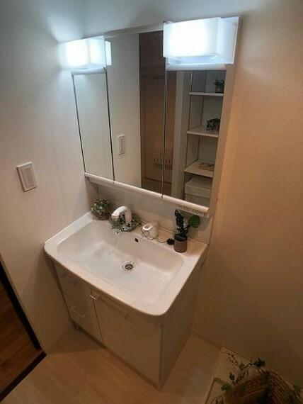 洗面化粧台 シャワーハンドル付でお掃除も楽々