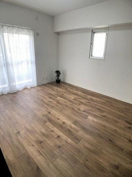 寝室 洋室6.5帖:バルコニーに面した明るいお部屋です
