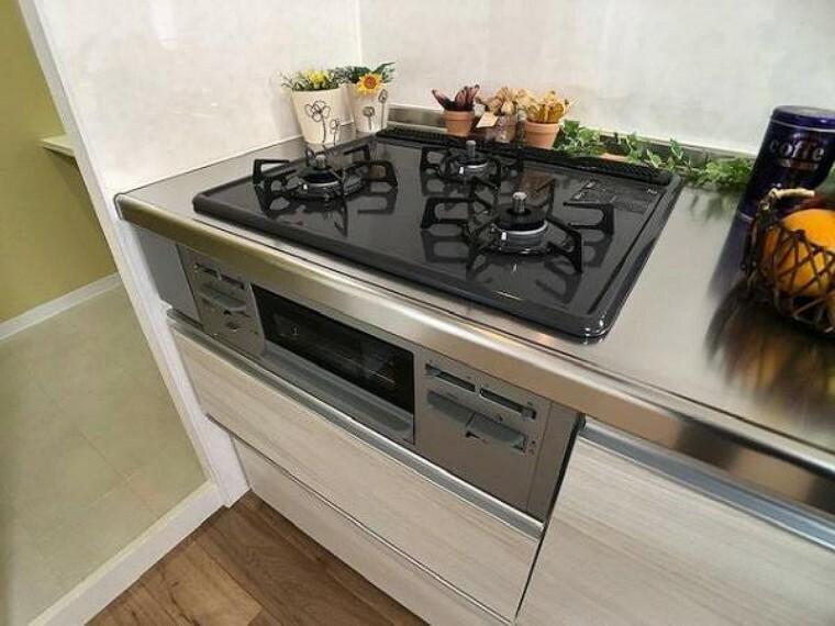 キッチン 3口コンロでお料理の幅が広がりますね!