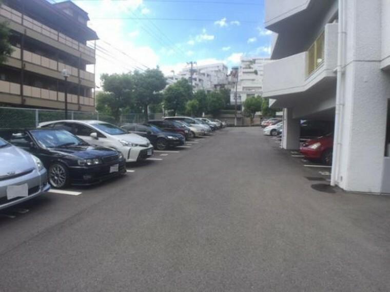 駐車場 広めの駐車場で車庫入れが楽々ですね