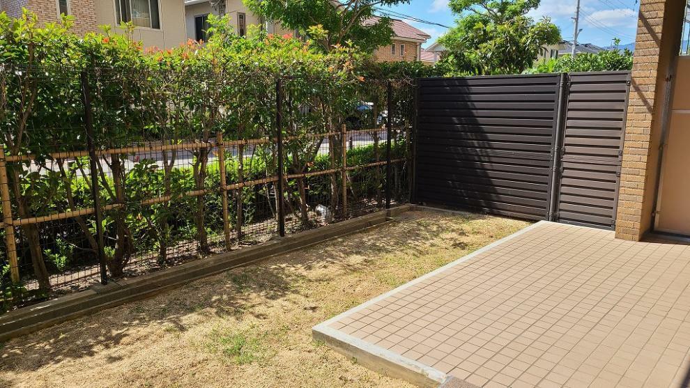 庭 リビングから眺める専用庭、テーブルセットを置いて、朝食やティータイムも楽しめます。