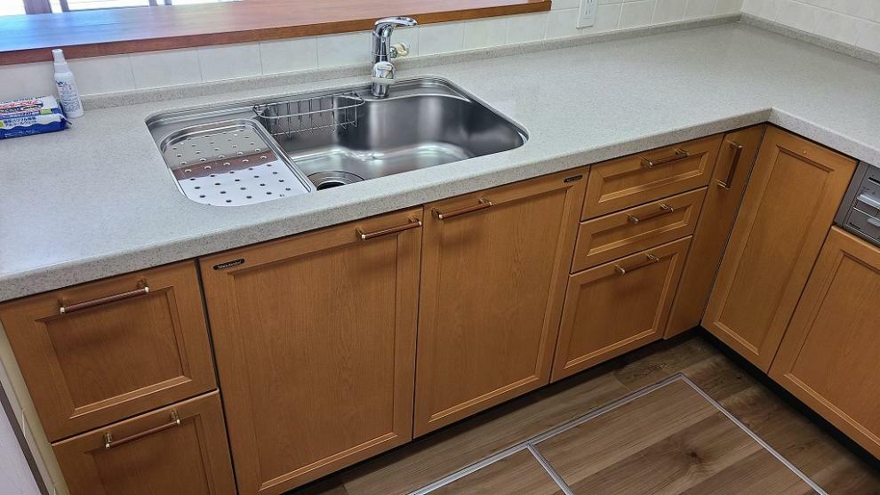 キッチン キッチンは磨きコーティングを入れましたのでピカピカ、床下収納も2箇所ございます。