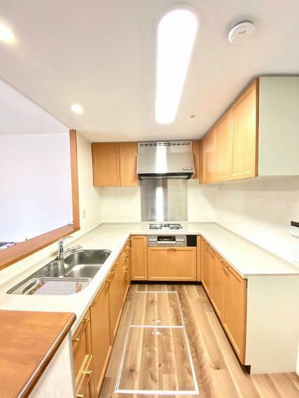 キッチン コの字型キッチン、作業スペースが広く、毎日の料理も楽々です。