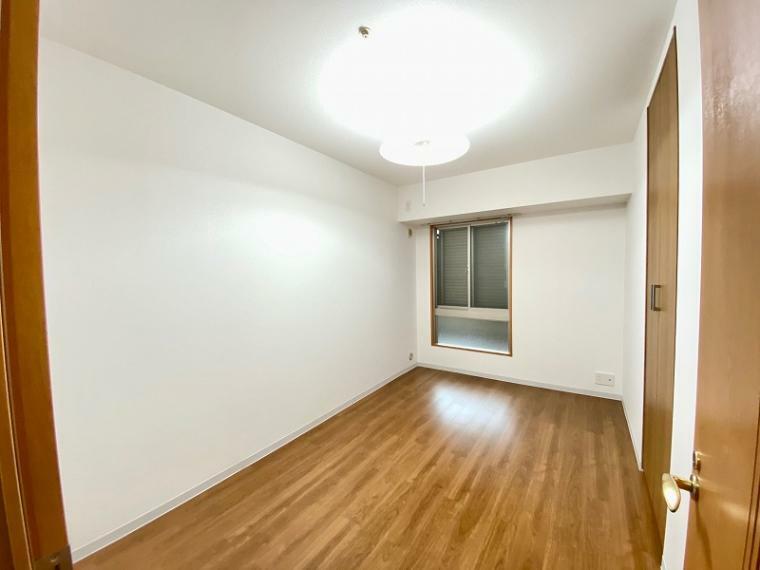 洋室 クローゼットの扉を新調した6.1帖の洋室。