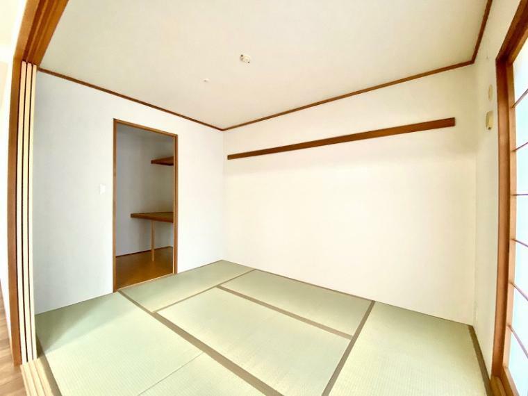 和室 贅沢なウォークインクローゼット付設の和室6畳。