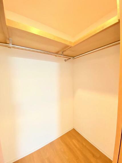 ウォークインクローゼット 主寝室に付設のウォークインクローゼット。