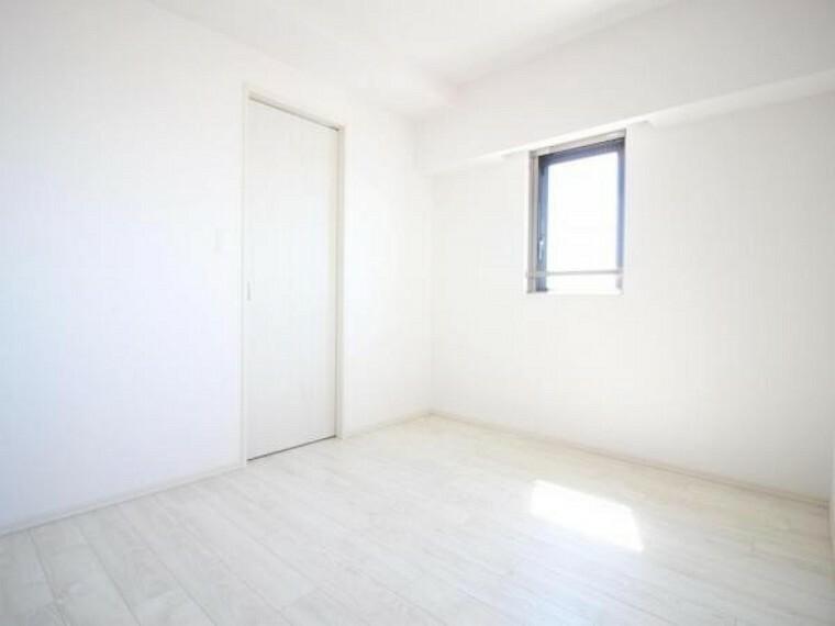 洋室 6帖の洋室は2方角に窓があり採光が良く気持ち良いです。 また、ウォークインクローゼットがあり、収納スペースたっぷりです。