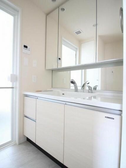 洗面化粧台 洗面化粧台は台下に加え鏡裏にも収納スペースがあります