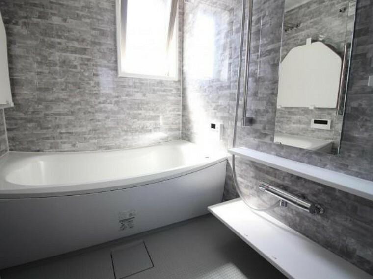 浴室 浴室です 窓がついており湿気がこもりません。また、シャワーヘッドやアクセントパネルなど設備がプレミアム仕様となっておりハイグレードな空気を味わえます