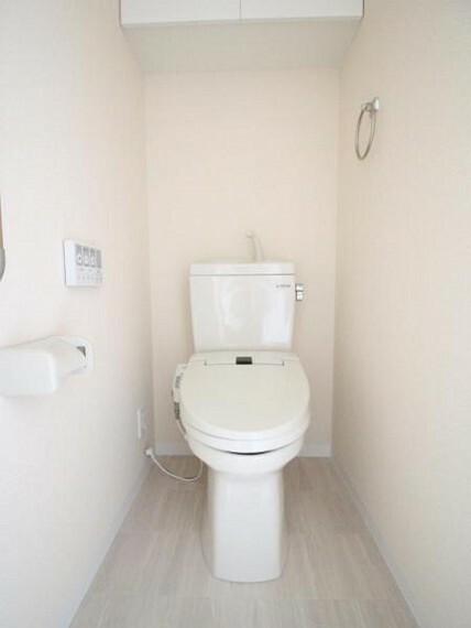 トイレ トイレ 温水線洗浄機能付き便座です、リフォームで新調済みなのでとても綺麗です