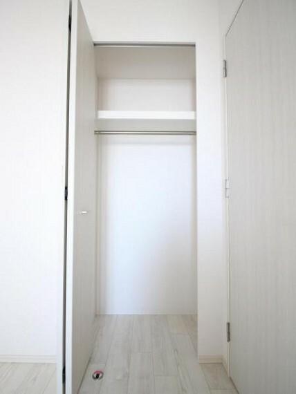 収納 5.2帖の洋室のクローゼット、上にも広がっているため見た目以上にたくさん収納できます