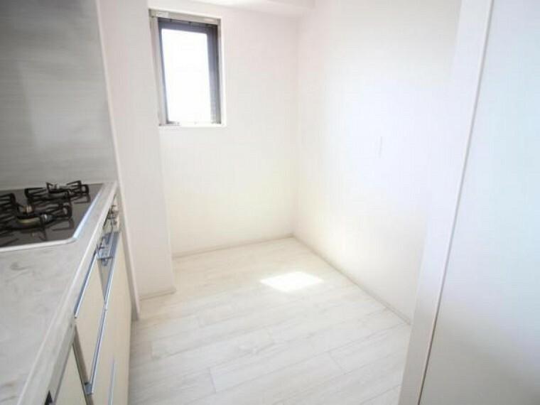 キッチン キッチン後ろには冷蔵庫や食器棚などを設置できるスペース有り