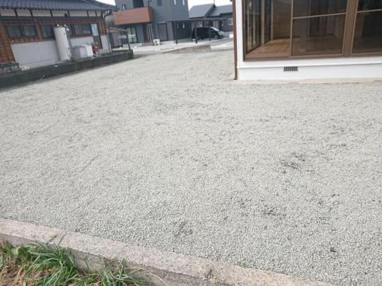 外観・現況 【リフォーム済】駐車場の写真です。砂利敷きで整備をしました。3台以上は駐車できるので複数台所有されている方でも安心ですね。