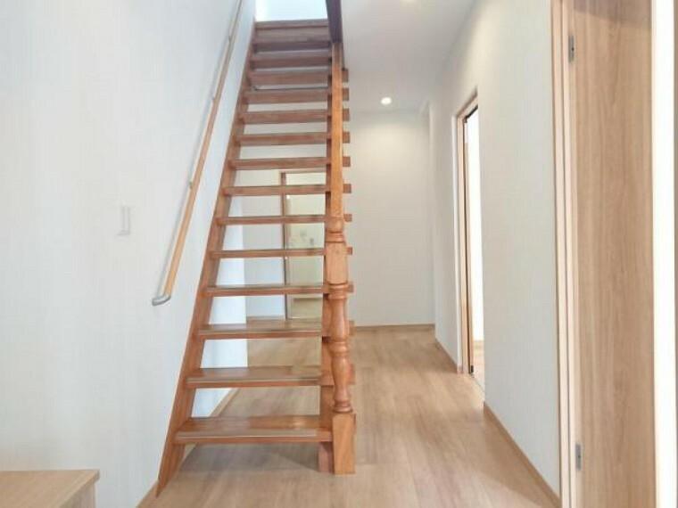 【リフォーム済】階段の写真です。存在感のある階段なのでインテリアとしても良い空間を作り出してくれています。手すりや滑り止めを設けているので移動も安心ですね。