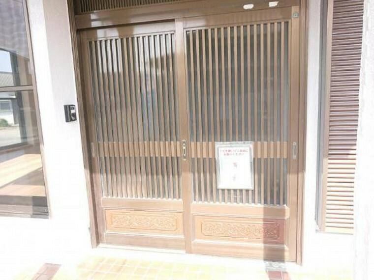 玄関 【リフォーム済】玄関ドアの写真です。クリーニングを行いました。鍵も交換しているのでご安心いただけます。