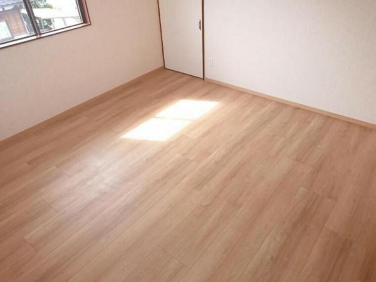 洋室 【リフォーム済】2階8帖洋室の写真です。フローリング張り、クロス張替え、照明器具の交換を行いました。2階にもお部屋があるのでおうちの使い方の幅が広がりますね。