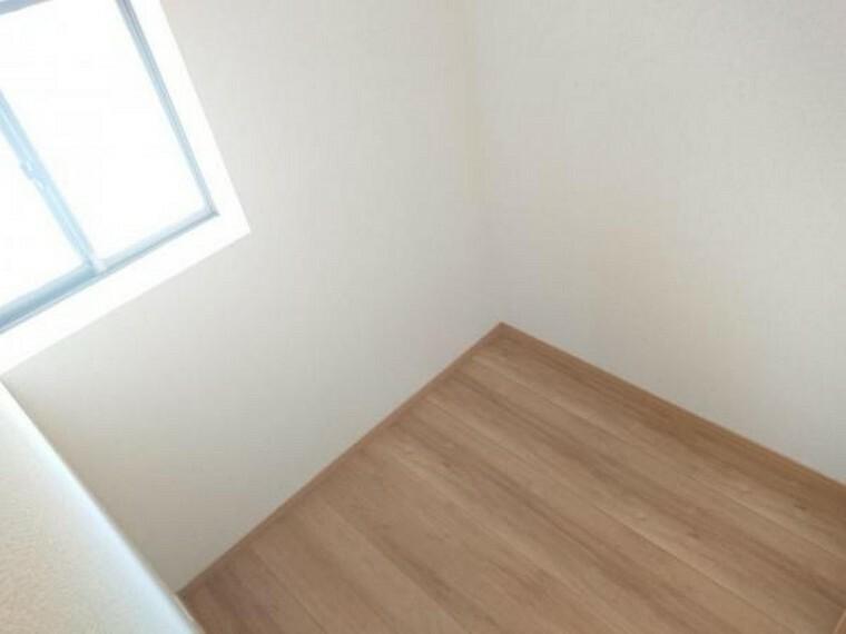 ウォークインクローゼット 【リフォーム済】1階クローゼットの写真です。廊下に共用の収納があると、様々な使い方ができて便利ですね。