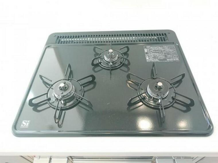 【リフォーム済】キッチンは3口コンロで同時調理が可能。大きなお鍋を置いても困らない広さです。お手入れ簡単なコンロなのでうっかり吹きこぼしてもお掃除ラクラクです。