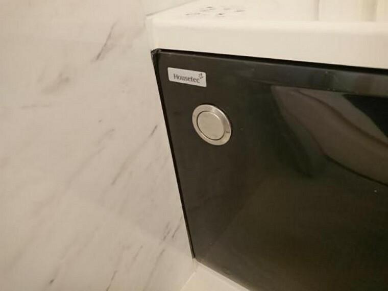 【リフォーム済】浴室の排水栓はポップアップ式です。ワンタッチで浴槽のお水を排水できます。チェーンが付いてないので、お掃除もラクになりますね。